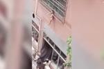 Thót tim cảnh bé trai 2 tuổi lơ lửng kẹt giữa song sắt ban công tầng 3