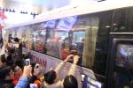 Video: Biển người đội mưa lạnh đón đội tuyển Việt Nam trở về từ Malaysia trong đêm