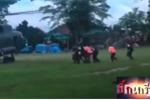 Video: Các thành viên đội bóng Thái Lan được đưa lên trực thăng sau khi ra khỏi hang