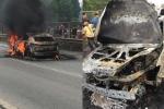 Ô tô Mazda cháy dữ dội trên cao tốc, một người bất tỉnh được đưa ra ngoài