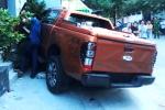 Xe Ford Ranger nổ lốp lao lên vỉa hè, tông chết người