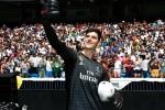 Courtois hon len logo Real Madrid trong ngay ra mat hinh anh 4