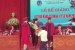 Giảng viên quỳ gối cầu hôn nữ sinh viên trong lễ tốt nghiệp đại học gây tranh cãi
