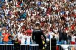 Courtois hon len logo Real Madrid trong ngay ra mat hinh anh 5
