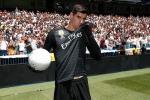 Courtois hon len logo Real Madrid trong ngay ra mat hinh anh 1