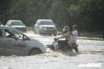 Ảnh: Dân Hà Nội bì bõm vượt biển nước về nhà chiều cuối tuần