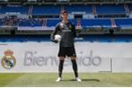Courtois hon len logo Real Madrid trong ngay ra mat hinh anh 2