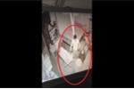 Clip: Trộm đột nhập vào tận giường cựu người mẫu ở Hà Nội cuỗm đi 1 iPhone