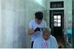 Video: Nhân viên salon tóc đến từng giường cắt, gội miễn phí cho bệnh nhân