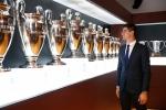 Courtois hon len logo Real Madrid trong ngay ra mat hinh anh 8