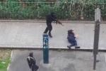 Video: Khủng bố bắn chết cảnh sát trong vụ xả súng Paris
