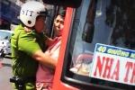 Clip: Cảnh sát nổ súng trấn áp tài xế ôtô khách chống đối
