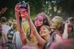 Teen Nga thi ném bột màu trong lễ hội 'Colorfest'