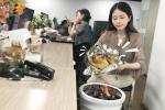 'Thánh ăn công sở' nướng gà trong chậu cây thơm lừng cả văn phòng
