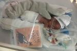 Em bé sống sót kỳ diệu dù sinh non 23 tuần, nặng chưa đầy nửa ký