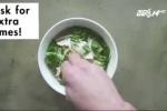 Đầu bếp Mỹ hướng dẫn cách ăn phở Việt lạ đời, gây tranh cãi