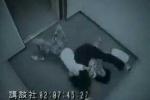 Nữ cao thủ đánh cướp bầm dập trong thang máy