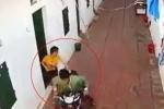 2 cô gái liều mình truy đuổi tên trộm xe máy trong xóm trọ
