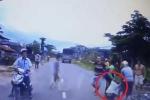 Thanh niên đột ngột lao xe máy ra đường, bị xe tải tông ngã văng