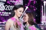 Hoa hậu 18 tuổi Trần Tiểu Vy ôm mẹ khóc sau khi đăng quang