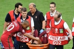 Xem lại cú va chạm khiến Ronaldo ứa nước mắt, đau đớn rời sân