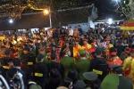 Video: Đại biểu cũng chen lấn, đua nhau sờ, xoa vào bảo kiếm tại đền Trần