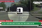 Kinh hãi cảnh bé gái 4 tuổi văng khỏi ô tô đang chạy trên đường cao tốc
