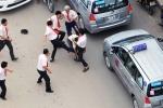 Video: Bé gái gào khóc can ngăn bố ẩu đả sau va chạm giao thông ở Hà Nội