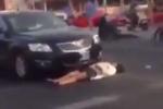 Nằm rạp trước đầu ôtô ăn vạ, 'quý cô' bị cảnh sát 'mời' về đồn