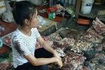 Bán thịt lợn giá rẻ, một phụ nữ bị hắt dầu luyn trộn chất thải vào người