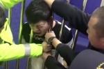 Clip: Tài xế say xỉn kẹt đầu giữa song sắt buồng giam, khóc tu tu như trẻ con