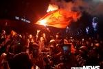 Ảnh: Người Hà Nội đốt pháo sáng, nhảy lên nóc xe buýt mừng chiến thắng của U23 Việt Nam