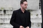 Ông bố đồng tính điển trai hầu tòa vì nghi hành hạ và giết con gái nuôi vài tháng tuổi