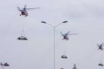 Dân tròn mắt ngắm trực thăng cẩu ô tô bay trên bầu trời Vũng Tàu