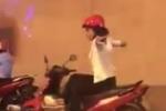 Cô gái vắt chân, buông 2 tay 'diễn xiếc' trên xe máy trong hầm Kim Liên
