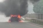Clip: Mazda 3 cháy ngùn ngụt trên cao tốc Hà Nội - Thái Nguyên