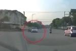 Clip: Lao như tên bắn qua ngã tư, nam thanh niên tông vào xe công an