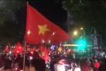 Clip: Hàng ngàn CĐV đổ ra đường đi 'bão', cờ đỏ sao vàng nhuộm đỏ phố Hà Nội