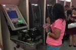 Bị nuốt thẻ, người phụ nữ tay không phá tan máy ATM