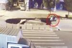 Mải dùng điện thoại, người lái xe máy ngã cắm mặt xuống 'hố tử thần'