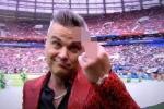 Robbie Williams giơ 'ngón tay thối' khi biểu diễn khai mạc World Cup 2018