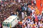 Hàng nghìn người 'rẽ sóng' nhường đường cho xe cứu thương trong lễ hội