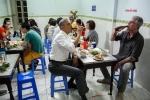 Video: Quán bún chả đóng hộp kính chỗ ngồi ông Obama từng sử dụng