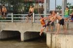 Ảnh: Nắng nóng như rang, dân Hà Nội rủ nhau ra bãi tắm miễn phí giải nhiệt