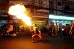 Người phụ nữ ngậm dầu phun lửa ở phố Tây kiếm tiền nuôi con ăn học