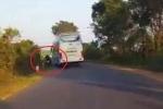 Clip: Xe khách vượt ẩu gây tai nạn, chỉ chăm chăm kiểm tra xe mình rồi bỏ đi