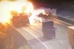 Video: Đâm ô tô đỗ bên đường, xe tải nổ như bom trên cao tốc