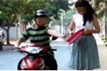 Clip: Người phụ nữ bị cướp hung hãn giật túi xách ngã nháo nhào ở TP.HCM
