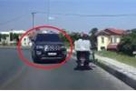 Clip: Ô tô cua ẩu lấn trọn làn ngược chiều, suýt tông xe máy