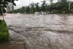 Video: Sau trận mưa như trút nước, đường phố Hà Nội 'thành sông', dân vừa đi vừa dò đường